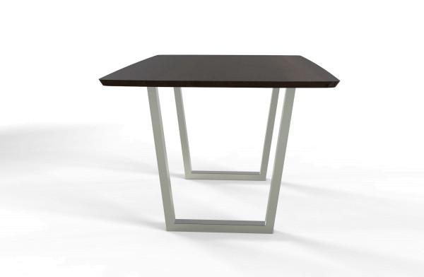 Esstisch Jevo mit bootsförmiger Freiform Tischplatte aus nachhaltigen Massivholz